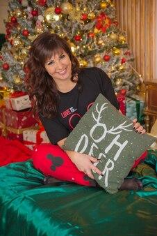 Hermoso, lindo, feliz, mujer joven, en, navidad, en casa