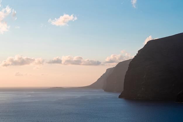 Hermoso litoral a la luz del atardecer