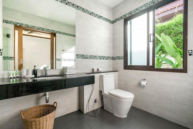 El hermoso y lujoso baño real interior cuenta con lavamanos, inodoro en la casa o edificio de la casa
