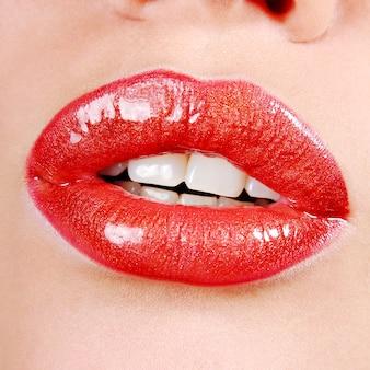Hermoso maquillaje de labios brillantes