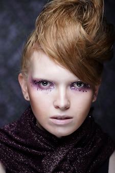 Hermoso maquillaje de moda creativa.