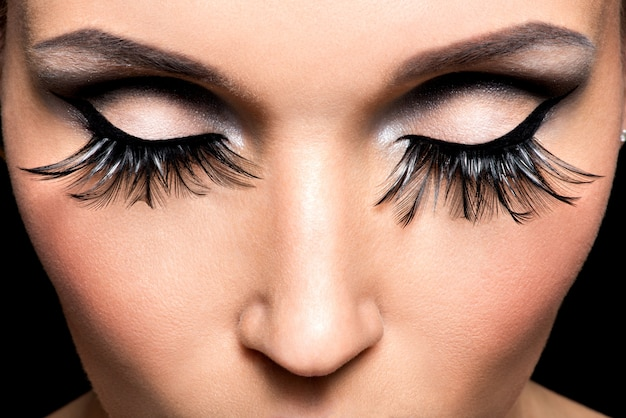 Hermoso maquillaje de ojos con largas pestañas postizas. rostro de vacaciones