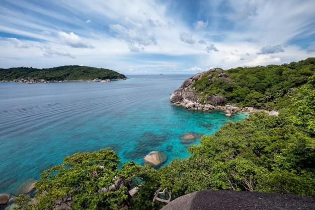 Hermoso mar azul con el cielo en el punto de vista en la isla de similan