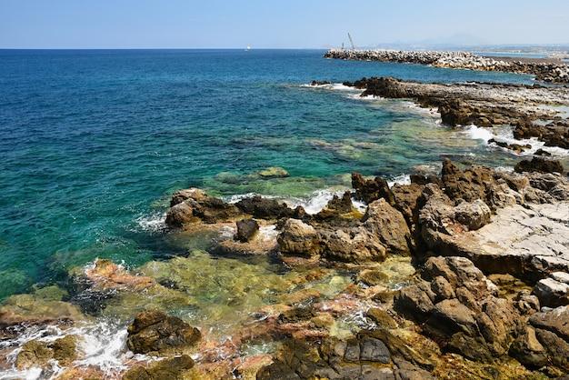 Hermoso mar limpio y olas. fondo de verano para viajes y vacaciones. grecia creta ... escena increíble