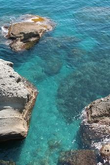 Hermoso mar y rocas