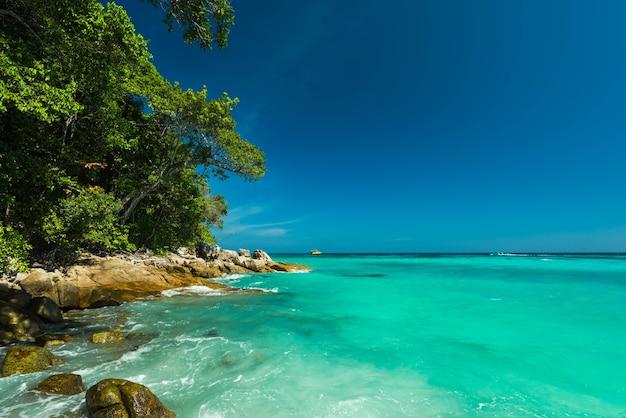 Hermoso mar tropical en la isla de surin, tailandia
