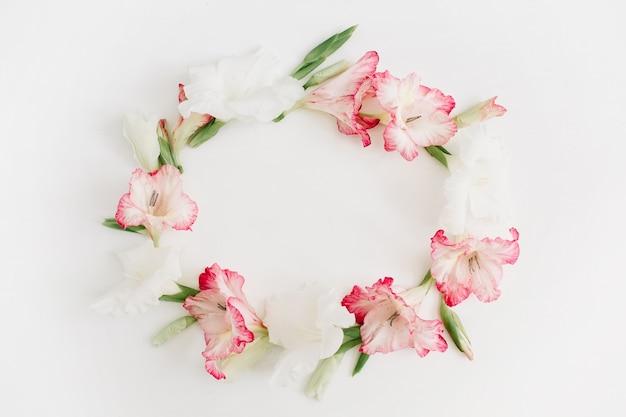 Hermoso marco de flor de gladiolo rosa sobre blanco