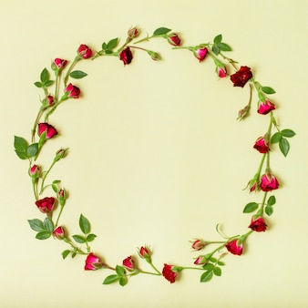 Hermoso marco hecho de rosas rojas