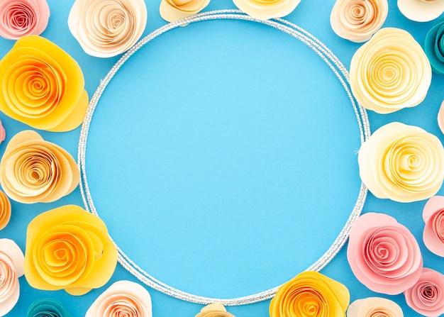 Hermoso marco ornamental con flores de papel de colores