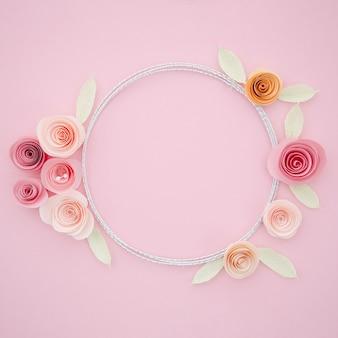 Hermoso marco ornamental con flores de papel