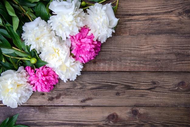 Hermoso marco de peonías blancas y rosas