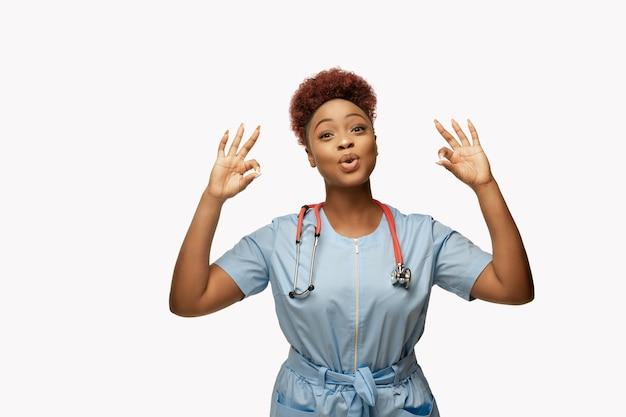 Hermoso médico afroamericano sobre fondo blanco de estudio