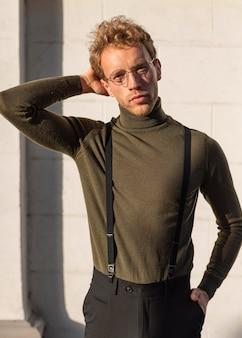 Hermoso modelo masculino con una mano en el cabello