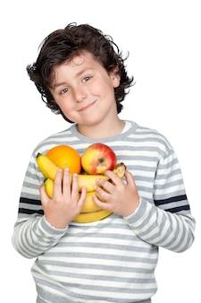 Hermoso niño con muchas frutas