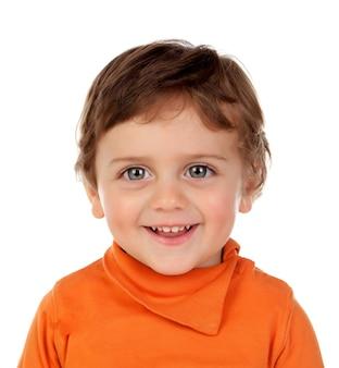 Hermoso niño de dos años con jersey naranja