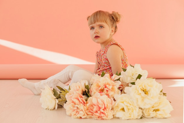 Hermoso niño con ramo de flores
