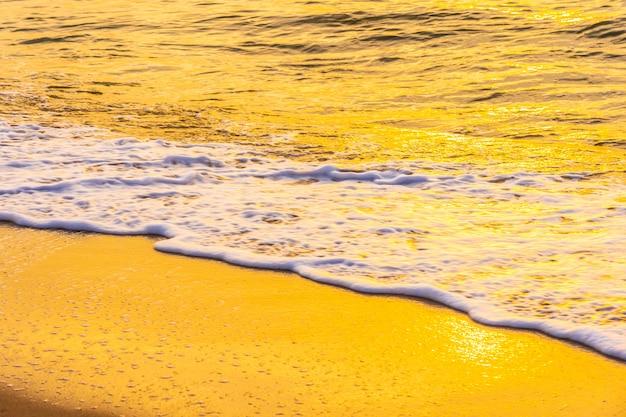 Hermoso paisaje al aire libre de mar y playa tropical al atardecer o al amanecer