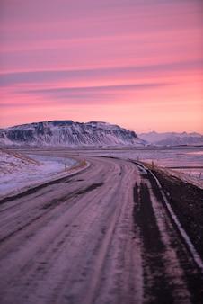 Hermoso paisaje al amanecer en islandia