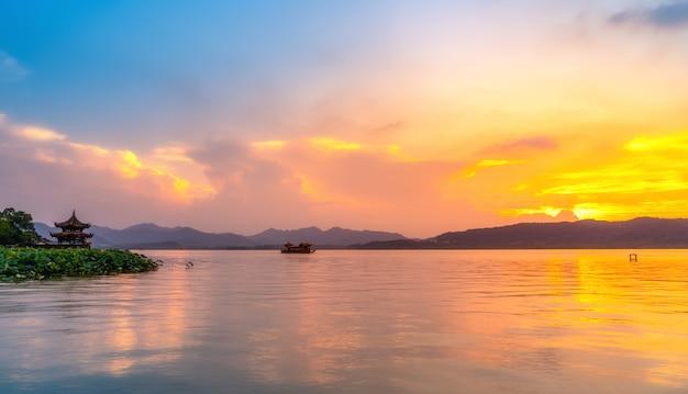 Hermoso paisaje arquitectónico y paisaje del lago del oeste en hangzhou