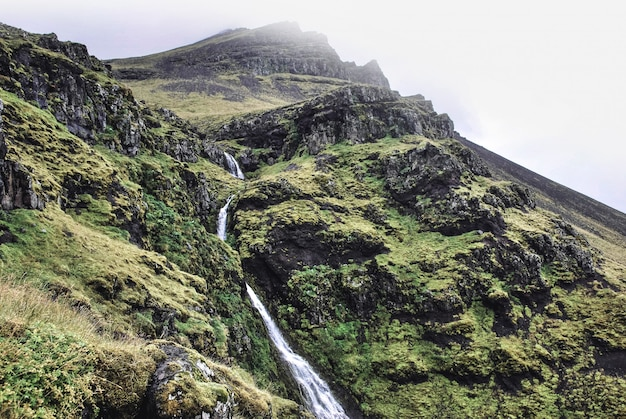 Hermoso paisaje del campo, colinas y montañas con lagos y tierras bajas