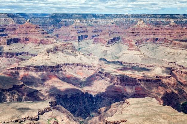 Hermoso paisaje del cañón, rocas rojas, cielo azul, soleado