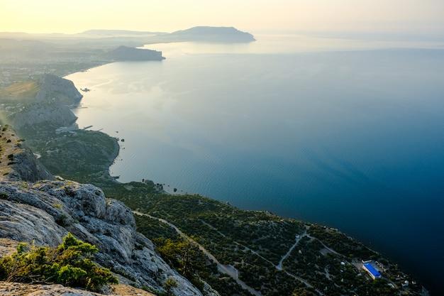 Hermoso paisaje de la costa del mar de crimea, vista de sudak al amanecer