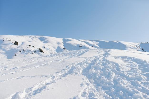Hermoso paisaje de diferentes montañas de beldersay