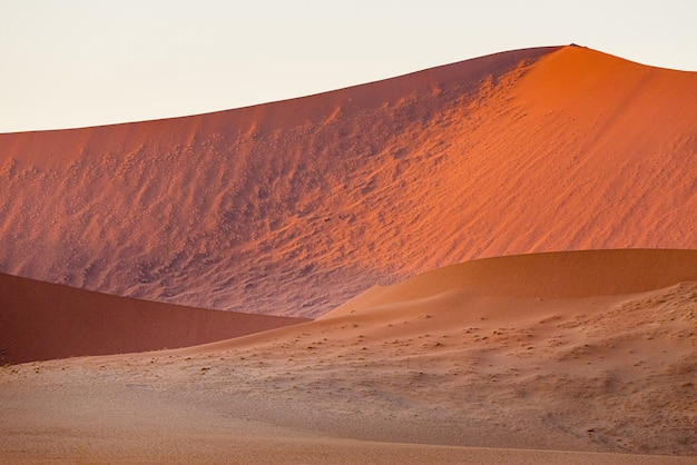 Hermoso paisaje de dunas de arena en el desierto de namib, sossusvlei, namibia