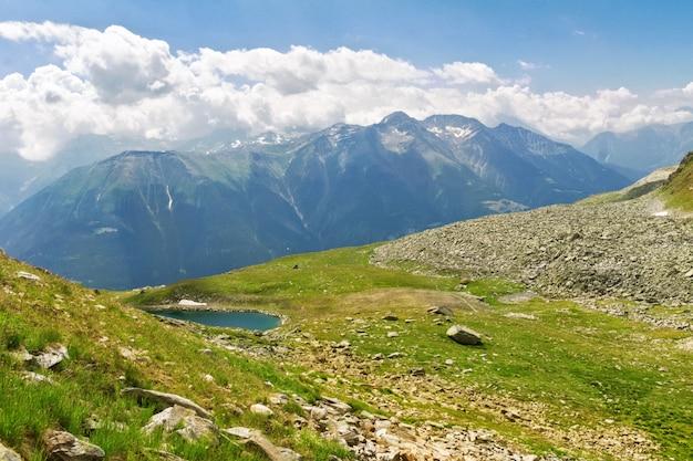 Hermoso paisaje idílico de los alpes con montañas en verano, suiza