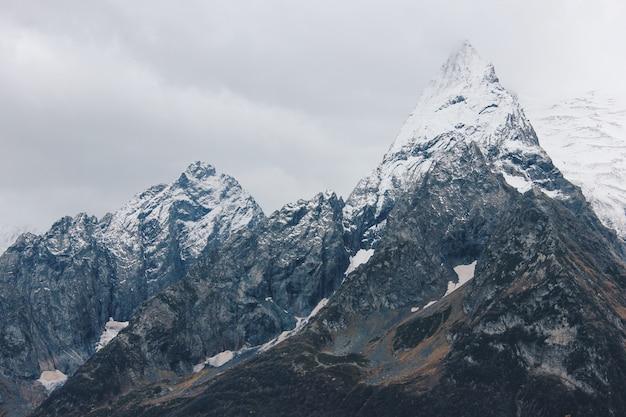 Hermoso paisaje impresionante de altas montañas y colinas en el campo