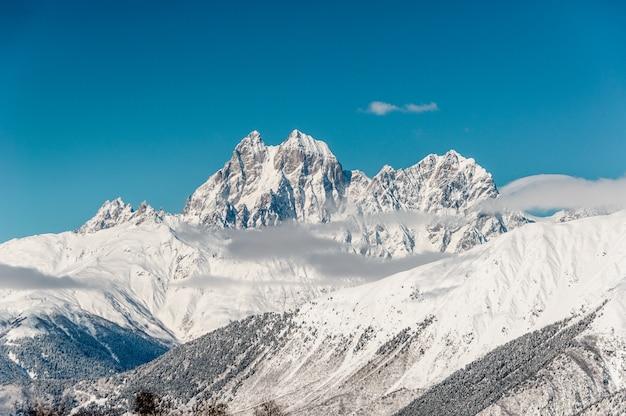 Hermoso paisaje invernal de laderas de alta montaña
