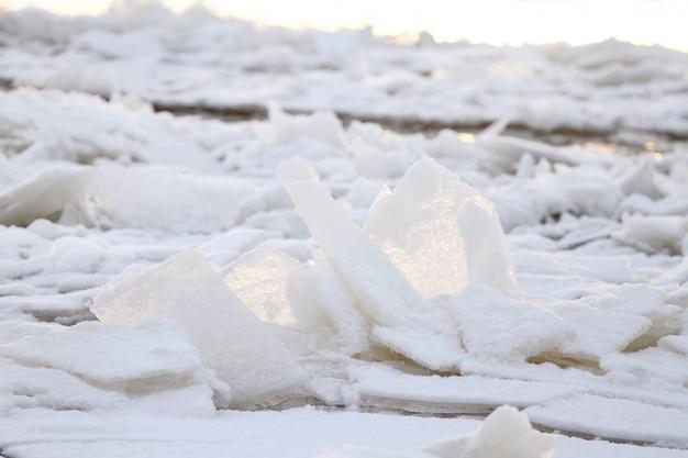 Hermoso paisaje de invierno con hielo