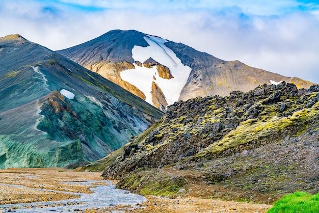 Hermoso paisaje islandés de montaña colorida en landmannalaugar en el centro de la reserva natural de fjallabak de islandia