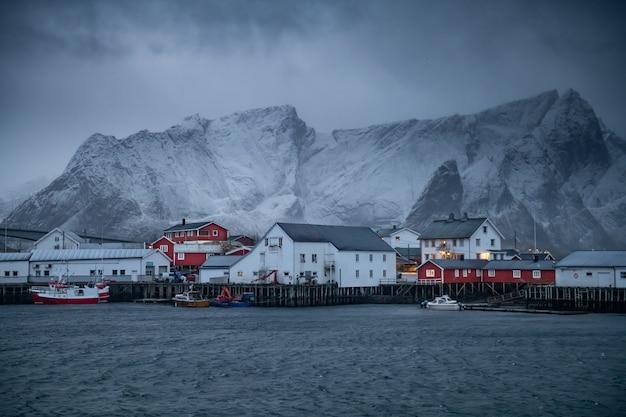 Hermoso paisaje en las islas lofoten en invierno, noruega