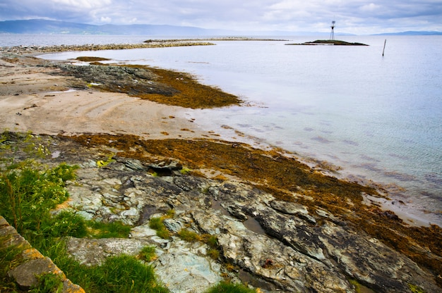 Hermoso paisaje del islote de munkholmen, trondheim, noruega