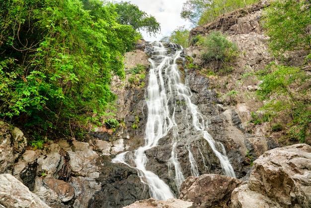 Hermoso paisaje de la majestuosa cascada