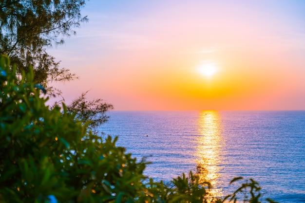Hermoso paisaje de mar océano para viajes de placer y vacaciones.