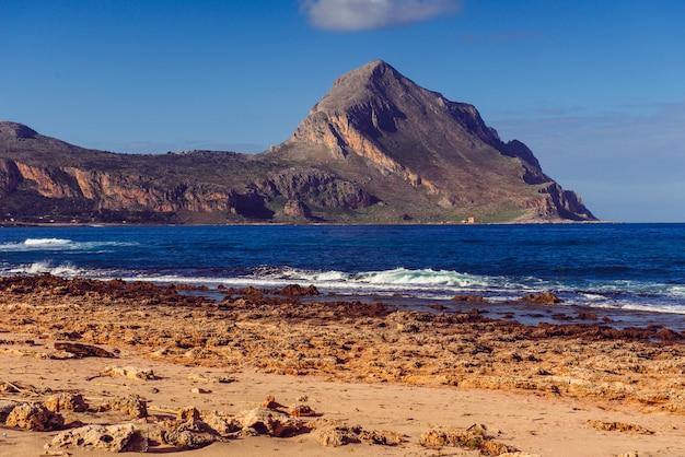 Hermoso paisaje del mar en la playa del océano