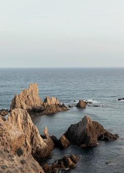 Hermoso paisaje con mar y rocas.