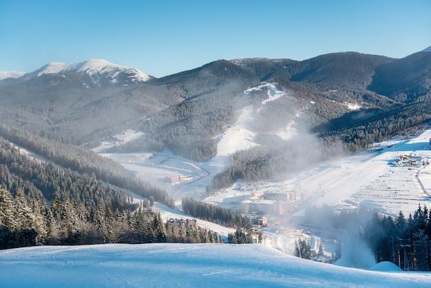 Hermoso paisaje matutino, naturaleza, pistas de esquí, estación de esquí en invierno
