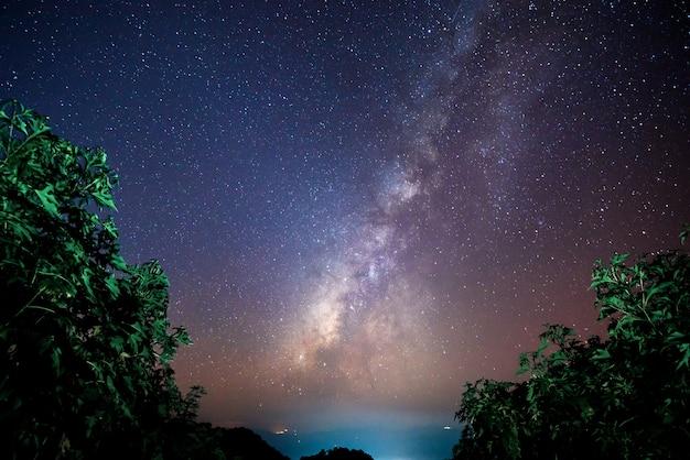 Hermoso paisaje de las mejores montañas en el cielo estrellado de invierno con la vía láctea, chiang mai, tailandia