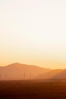 Hermoso paisaje con molinos de viento.
