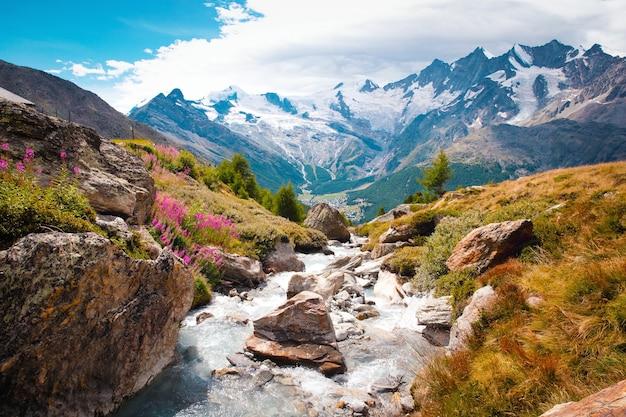 Hermoso paisaje de montaña con arroyo cerca de los alpes