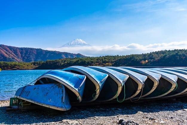 Hermoso paisaje de montaña fuji con árbol de hoja de arce alrededor del lago
