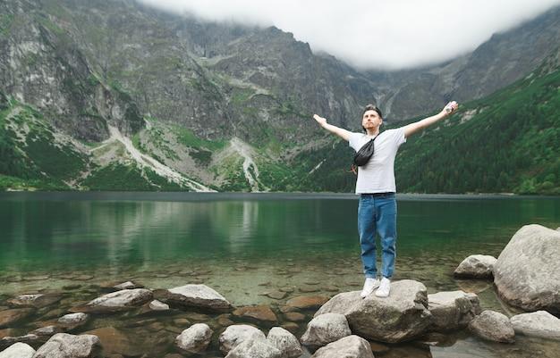 Hermoso paisaje de montaña y lago con hombre