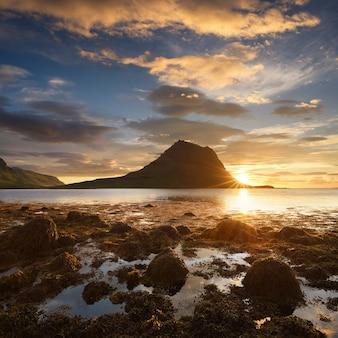 Hermoso paisaje con montaña y mar en islandia