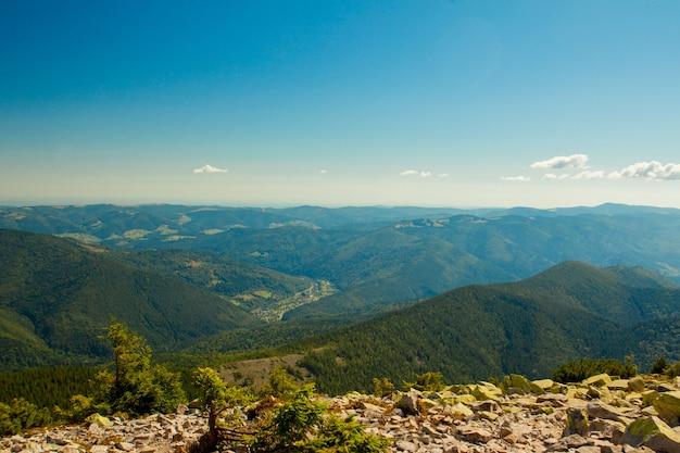 Hermoso paisaje de montaña, con picos cubiertos de bosque y un cielo nublado. montañas de ucrania