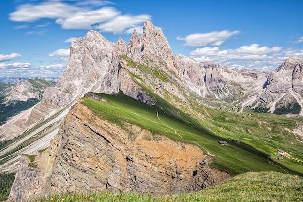Hermoso paisaje con las montañas al fondo