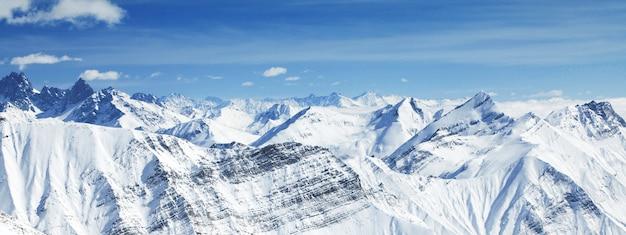 Hermoso paisaje de montañas de invierno