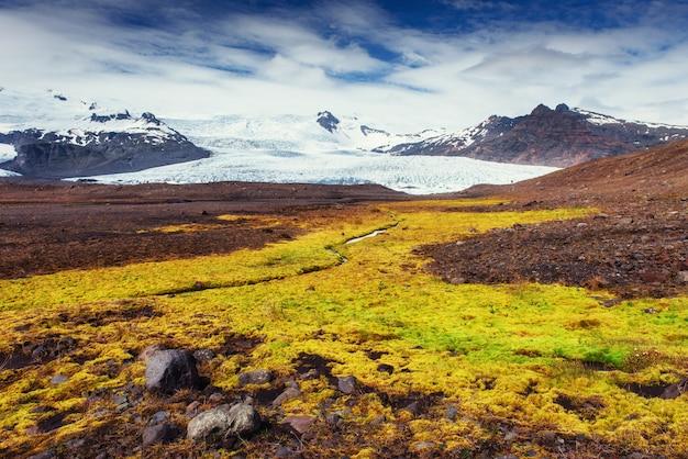 El hermoso paisaje de montañas y ríos en islandia